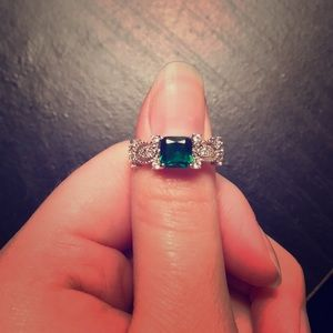 Jewelry - Emerald green silver ring